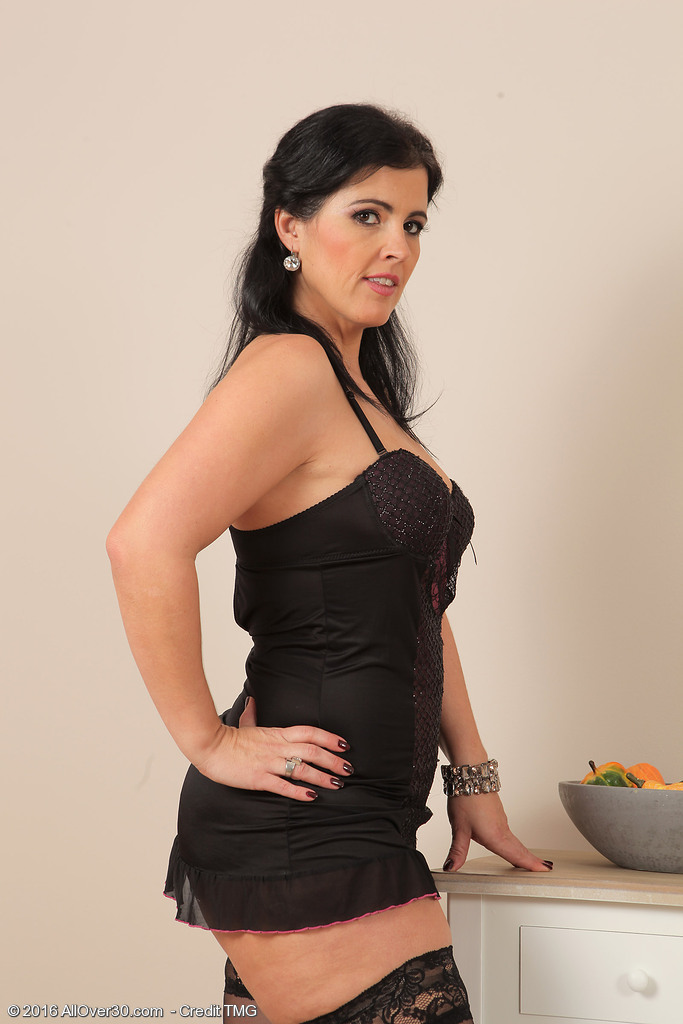 Curvy cutie Montse Swinger takes off her black lingerie to